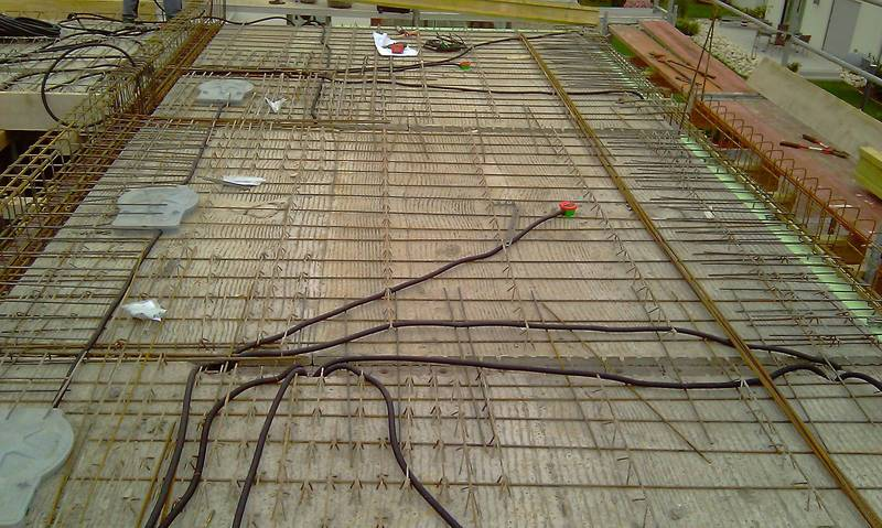 Concrete installation with conduit in which the cables are subsequently rec
